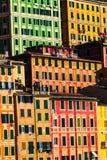 五颜六色的住宅 与多彩多姿的大厦的整个背景 免版税库存照片
