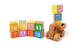 五颜六色的作用块和木玩具卡车 免版税库存图片