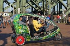 五颜六色的供选择的pedicab, Hohenzollern桥梁 免版税库存图片