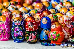 五颜六色的俄国嵌套玩偶matreshka在市场上 Matrioshka嵌套玩偶是从俄罗斯的最普遍的纪念品 免版税库存图片