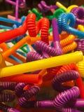 五颜六色的倾向塑料秸杆,光芒四射 库存照片