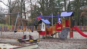 五颜六色的儿童操场活动在树包围的公园 股票录像
