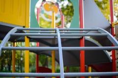 五颜六色的儿童` s爬升套架和幻灯片 免版税库存照片