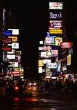 五颜六色的光和现代建筑学在曼谷,泰国 免版税库存照片