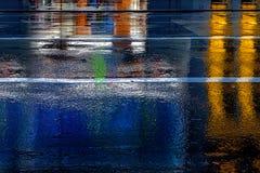 五颜六色的光的反射在雨中 库存照片