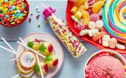 五颜六色的党甜点、棒棒糖和冰淇凌 免版税库存照片