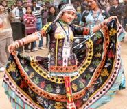 五颜六色的全国服装的女孩舞蹈家 免版税库存图片
