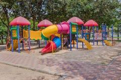 五颜六色的公园操场 免版税库存照片