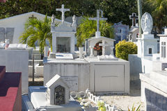 五颜六色的公墓在Isla Mujeres,墨西哥 图库摄影