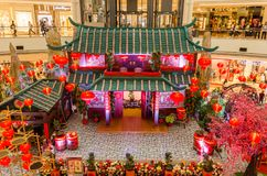 五颜六色的农历新年装饰在Suria KLCC购物中心 库存图片