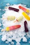 五颜六色的冰棍儿或香草冰冻酸奶酪或者软冰淇凌 库存照片