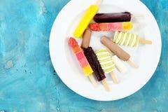 五颜六色的冰棍儿或香草冰冻酸奶酪或者软冰淇凌 免版税库存图片