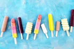 五颜六色的冰棍儿或香草冰冻酸奶酪或者软冰淇凌 免版税库存照片