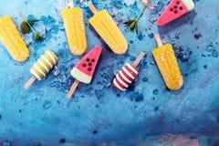 五颜六色的冰棍儿或香草冰冻酸奶酪或者软冰淇凌 图库摄影