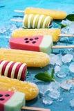 五颜六色的冰棍儿或香草冰冻酸奶酪或者软冰淇凌 库存图片