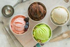 五颜六色的冰淇凌瓢的选择在纸锥体的 免版税库存照片