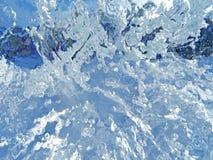 五颜六色的冰 抽象冰纹理 背景蓝色云彩调遣草绿色本质天空空白小束 库存图片