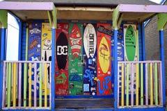 五颜六色的冲浪的海滩小屋 免版税库存图片