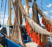 五颜六色的净额在船上一艘捕鱼船 图库摄影