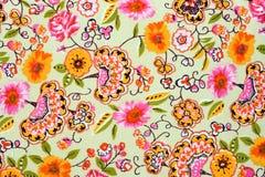 五颜六色的减速火箭的挂毯纺织品样式的片段与花卉 免版税库存图片