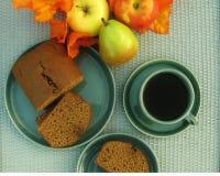 五颜六色的减速火箭的桌设置用咖啡,蛋糕和秋天在藤条桌面结果实 免版税库存照片