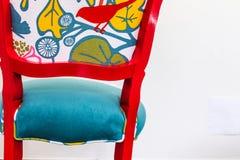 五颜六色的减速火箭的葡萄酒椅子 图库摄影