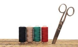 五颜六色的刺绣用品穿线工具 免版税库存照片