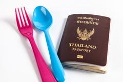 五颜六色的匙子和叉子与护照 免版税图库摄影