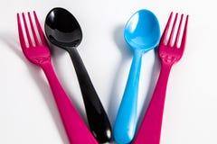 五颜六色的匙子和叉子 免版税库存图片