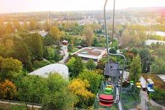 五颜六色的升降椅,缆索铁路,在布拉格动物园里 捷克共和国、推力驻地和缆车 目的地玻璃扩大化的映射旅行 旅游业题材 免版税库存照片