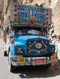 五颜六色的卡车在印地安喜马拉雅山 库存照片