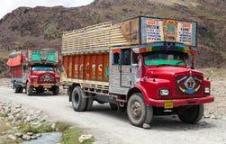 五颜六色的卡车在印地安喜马拉雅山 库存图片