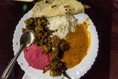 五颜六色的印地安咖喱晚餐 免版税库存图片