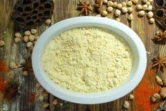 五颜六色的印地安食品成分-克面粉,鸡豆和spic 免版税库存图片