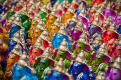 五颜六色的印度神在市场在吉登伯勒姆, Tamilnadu,印度上说出出售的Ganapati名字 免版税库存照片