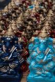 五颜六色的印度神在市场在吉登伯勒姆, Tamilnadu,印度上说出出售的Ganapati名字 库存照片