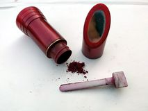 五颜六色的印度紫胶/用镜子装饰的传统Rajasthani小Sindhoor箱子 库存照片
