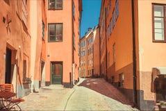 五颜六色的历史房子在斯德哥尔摩老地区有被修补的街道的和小舒适咖啡馆和餐馆,瑞典 库存照片