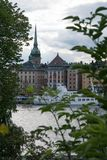 五颜六色的历史的地平线斯德哥尔摩通过树 库存照片