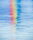 五颜六色的反射在海洋 免版税库存照片
