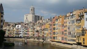 五颜六色的反射在Onyar河,西班牙的希罗纳房子和大教堂 影视素材