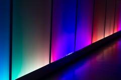 五颜六色的反射照明设备墙壁摘要背景 免版税库存照片