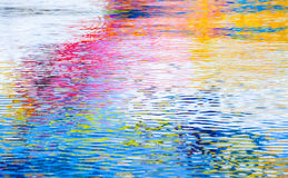五颜六色的反射,波纹水表面 摘要 库存图片