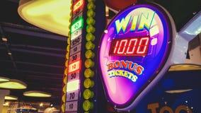 五颜六色的发光的霓虹显示的特写镜头图象在赌博娱乐场或抽奖的 机会获得困境或大奖在娱乐 免版税库存照片