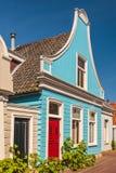 五颜六色的古老蓝色木房子在荷兰 免版税库存图片