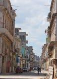 五颜六色的古巴街道 免版税库存照片