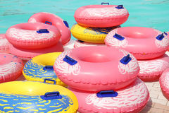 五颜六色的可膨胀的游泳圆环 免版税库存照片