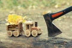 五颜六色的叶子背景和玩具火车 秋天10月或11月 免版税库存照片