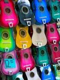 五颜六色的吉他待售在义卖市场商店 库存照片