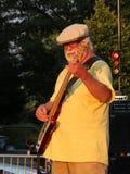 五颜六色的吉他弹奏者 免版税库存图片